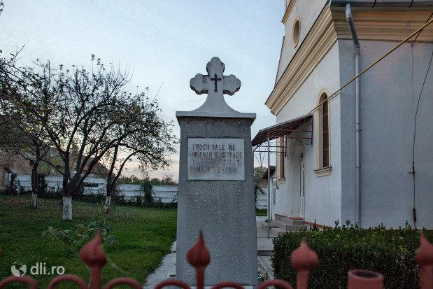 curte-biserica-ortodoxa-din-valea-lui-mihai-judetul-bihor.jpg