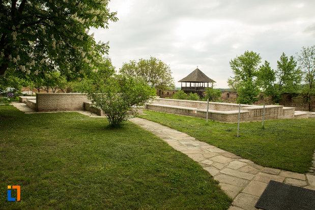 curte-cu-alei-manastirea-strehaia-judetul-mehedinti.jpg
