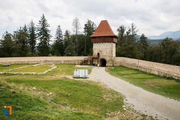 curte-de-la-cetatea-rasnov-judetul-brasov.jpg