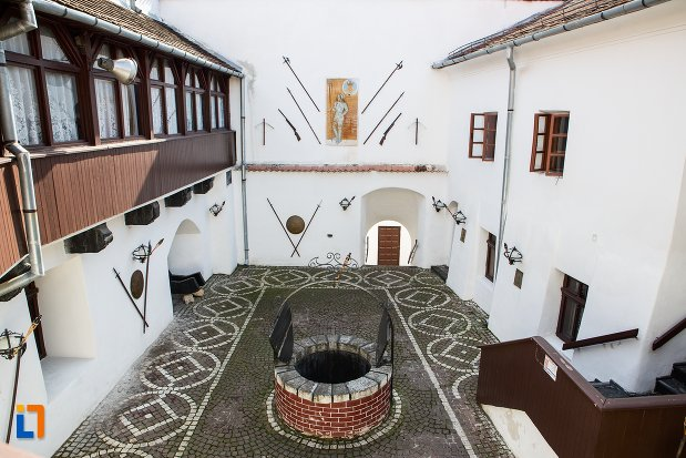 curte-interioara-cu-fantana-cetatea-brasov-judetul-brasov.jpg