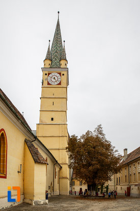 curte-interioara-de-la-biserica-evanghelica-sf-margareta-si-turnul-trompetilor-1488-din-medias-judetul-sibiu.jpg