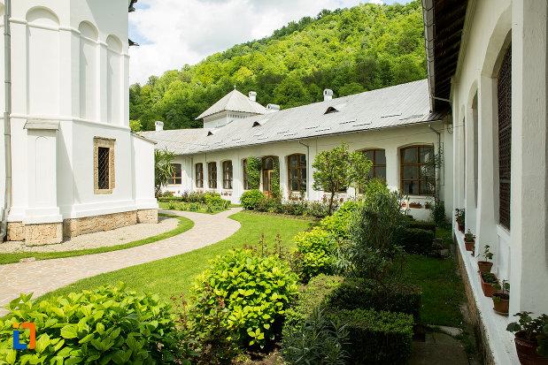 curte-inverzita-de-la-manastirea-tismana-judetul-gorj.jpg