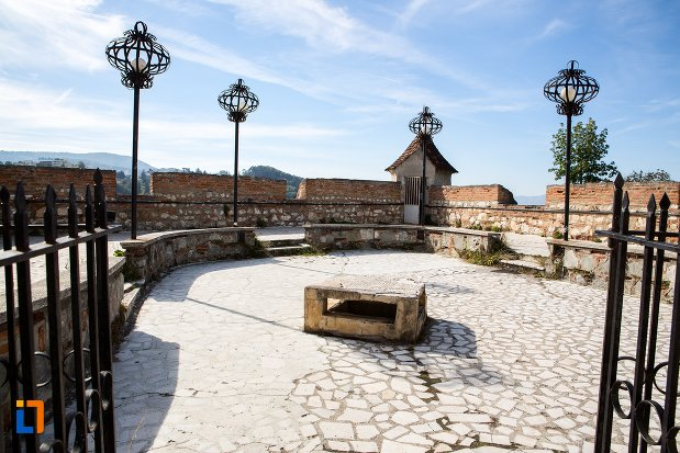 curte-pietruita-de-la-cetatea-brasov-judetul-brasov.jpg