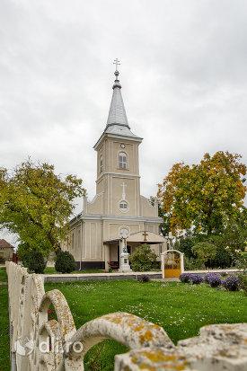curtea-bisericii-sf-arhangheli-mihail-si-gavril-din-amati-judetul-satu-mare.jpg