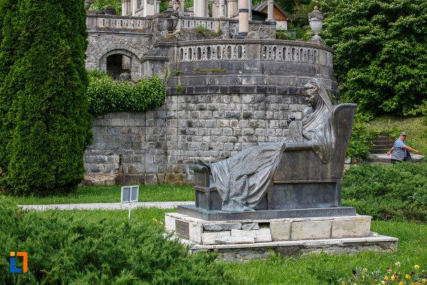 curtea-castelului-peles-si-statuia-reginei-elisabeta-carmen-silva-a-romaniei-din-sinaia-judetul-prahova.jpg