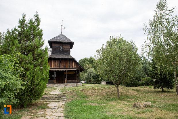 curtea-cu-biserica-de-lemn-sf-nicolae-1748-din-slobozia-judetul-ialomita.jpg