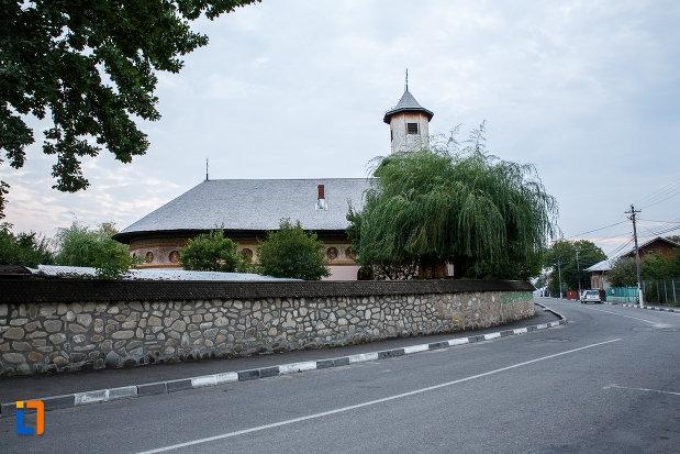 curtea-cu-biserica-intrarea-in-biserica-nica-filip-1808-din-valenii-de-munte-judetul-prahova.jpg
