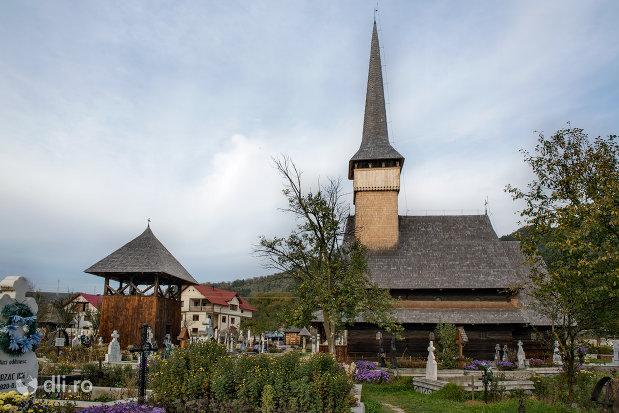 curtea-de-la-ansamblul-bisericii-sfintii-arhangheli-mihail-si-gavril-din-rozavlea-judetul-maramures.jpg