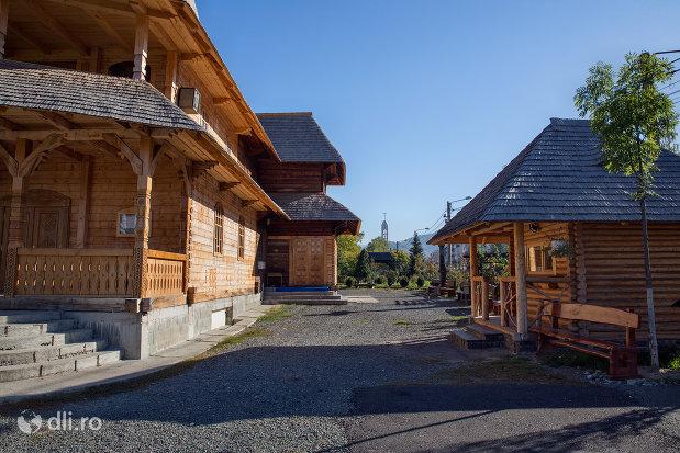 curtea-de-la-biserica-de-lemn-ortodoxa-din-baia-sprie-judetul-maramures-2.jpg