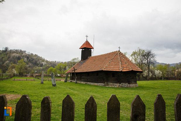curtea-de-la-biserica-de-lemn-sf-arhangheli-biserica-sanonilor-din-petrosani-judetul-hunedoara.jpg