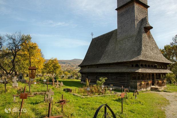 curtea-de-la-biserica-de-lemn-sfintii-arhangheli-mihail-si-gavril-din-surdesti-judetul-maramures.jpg