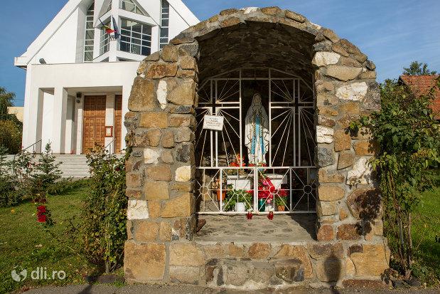 curtea-de-la-biserica-greco-catolica-din-seini-judetul-maramures.jpg
