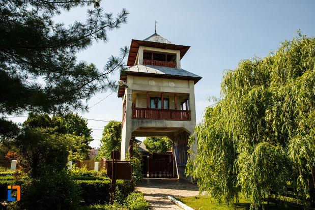 curtea-de-la-biserica-muzeu-sf-ilie-biserica-noua-din-dragasani.jpg