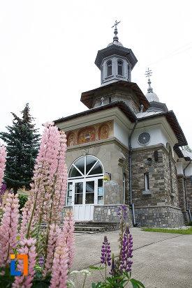 curtea-de-la-biserica-ortodoxa-sf-treime-din-azuga-judetul-prahova.jpg
