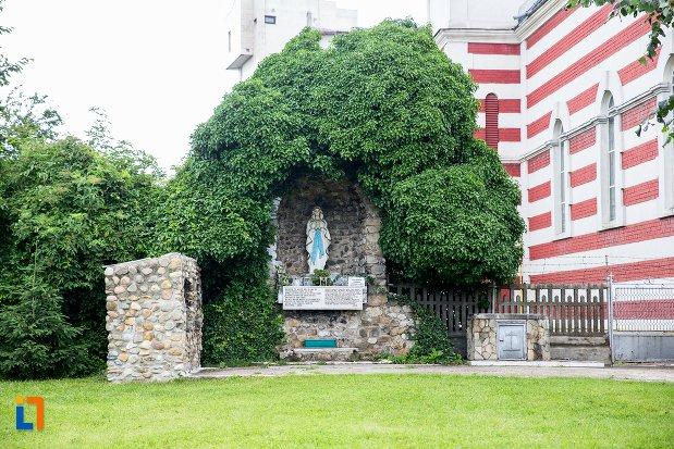 curtea-de-la-biserica-romano-catolica-sf-francisc-de-assisi-din-targoviste-judetul-dambovita.jpg
