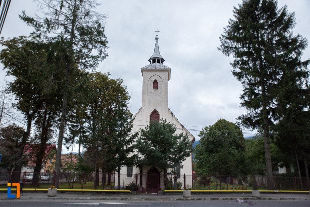 curtea-de-la-biserica-sf-anton-de-padova-din-zarnesti-judetul-brasov.jpg