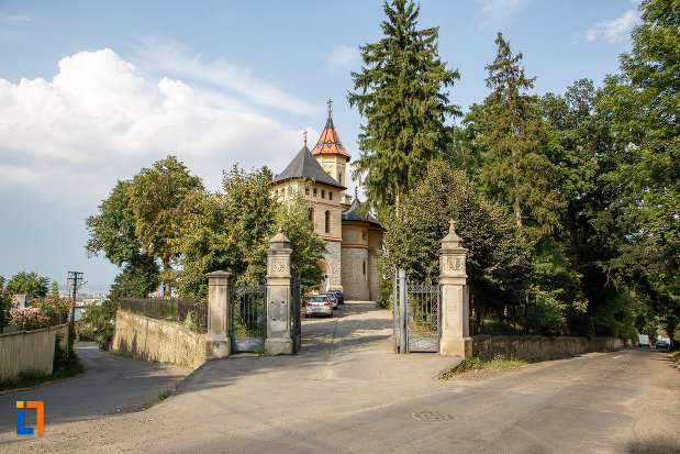 curtea-de-la-biserica-sf-gheorghe-mirauti-1391-din-suceava-judetul-suceava.jpg