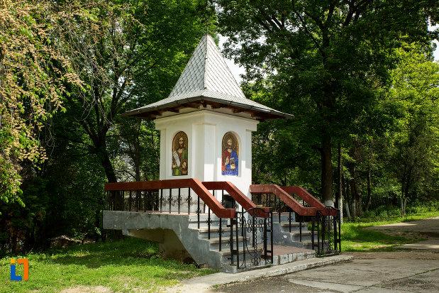 curtea-de-la-biserica-sf-imparati-din-slatina-judetul-olt.jpg