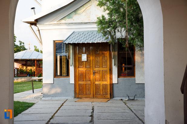 curtea-de-la-biserica-sf-ioan-botezatorul-1845-din-rosiorii-de-vede-judetul-teleorman.jpg