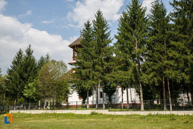 curtea-de-la-biserica-sf-trei-ierarhi-din-slanic-judetul-prahova.jpg
