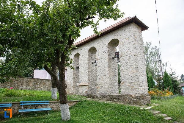 curtea-de-la-biserica-sf-treime-1352-din-siret-judetul-suceava.jpg
