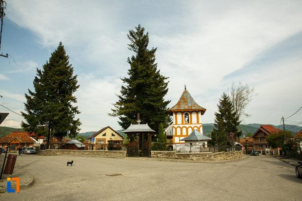 curtea-de-la-biserica-sf-voievozi-biserica-din-deal-din-calimanesti-judetul-valcea.jpg