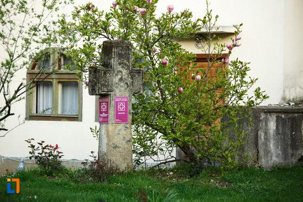 curtea-de-la-biserica-veche-intrarea-in-biserica-din-horezu-judetul-valcea.jpg