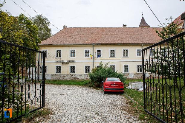 curtea-de-la-claustrul-fostei-manastiri-franciscane-1815-azi-muzeul-municipal-din-medias-judetul-sibiu.jpg