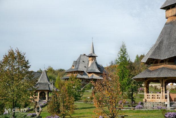 curtea-de-la-manastirea-barsana-judetul-maramures.jpg