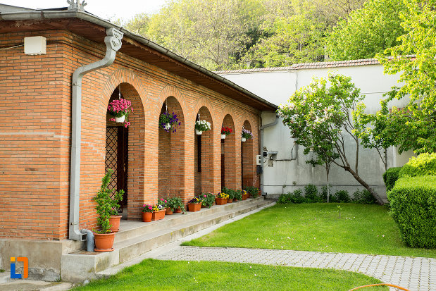 curtea-de-la-manastirea-clocociov-din-slatina-judetul-olt.jpg