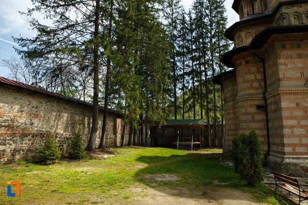 curtea-de-la-manastirea-cornetu-din-calinesti-judetul-valcea.jpg