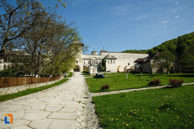curtea-de-la-manastirea-hurezi-din-horezu-judetul-valcea.jpg