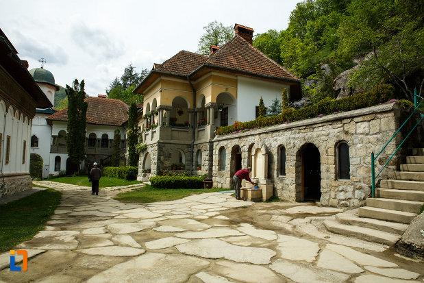 curtea-de-la-manastirea-turnu-din-pausa-judetul-valcea.jpg