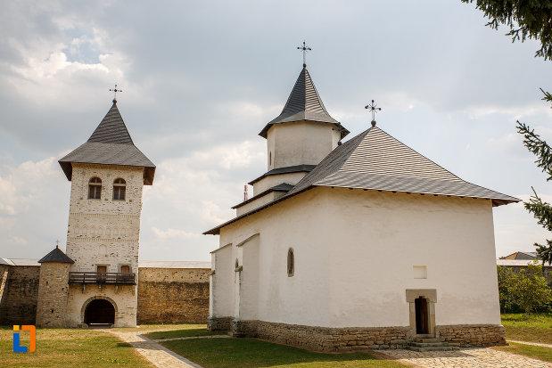 curtea-de-la-manastirea-zamca-biserica-sfantul-auxentie-1551-din-suceava-judetul-suceava.jpg