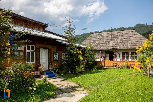 curtea-de-la-muzeul-de-arta-etnografica-ioan-gramada-din-campulung-moldovenesc-judetul-suceava.jpg