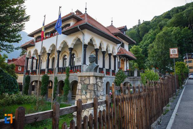 curtea-de-la-muzeul-memorial-cezar-petrescu-din-busteni-judetul-prahova.jpg