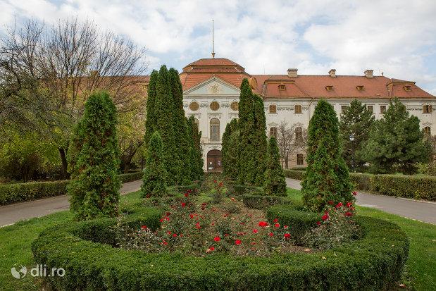 curtea-de-la-palatul-episcopal-romano-catolic-azi-muzeul-tarii-crisurilor-din-oradea-judetul-bihor.jpg