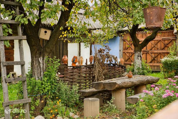 curtea-din-muzeul-satului-din-tautii-magheraus-judetul-maramures.jpg