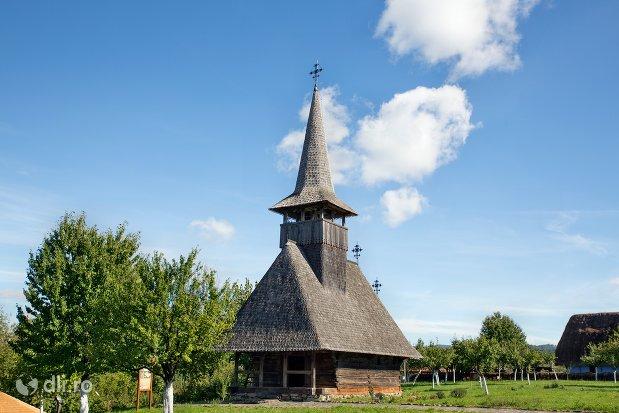 curtea-din-muzeul-satului-osenesc-din-negresti-oas-judetul-satu-mare.jpg