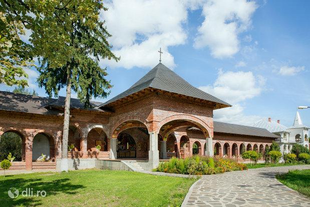 curtea-manastirii-sfiniii-apostoli-petru-si-pavel-din-bixad-judetul-satu-mare.jpg