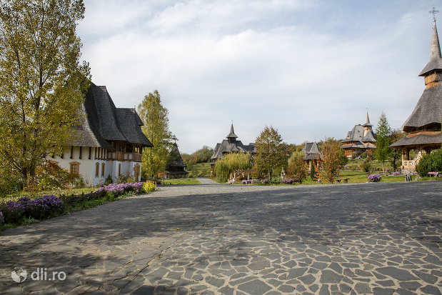 curtea-pietruita-de-la-manastirea-barsana-judetul-maramures.jpg