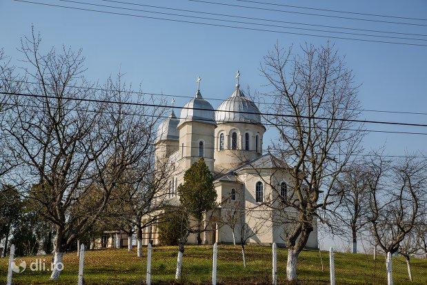 curtea-si-biserica-sf-ioan-botezatul-din-scarisoara-noua-judetul-satu-mare.jpg