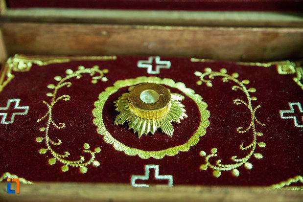 cutia-cu-mir-de-la-biserica-sf-nicolae-din-slatina-judetul-olt.jpg