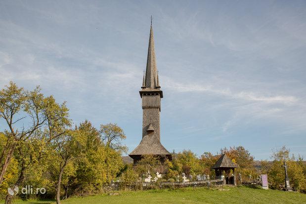 dealul-cu-biserica-de-lemn-din-plopis-judetul-maramures.jpg