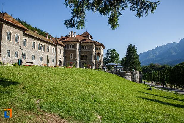 dealul-pe-care-se-afla-castelul-cantacuzino-din-busteni-judetul-prahova.jpg