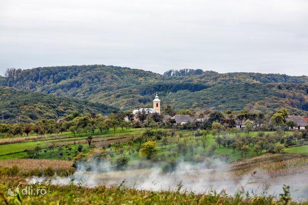 dealurile-din-imprejurimile-bisericii-sf-mihai-si-gavril-din-marius-judetul-satu-mare.jpg
