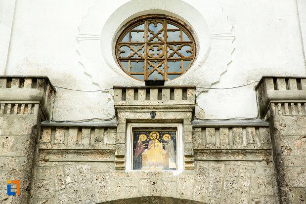 detalii-aflate-pe-fatada-de-la-manastirea-tismana-judetul-gorj.jpg