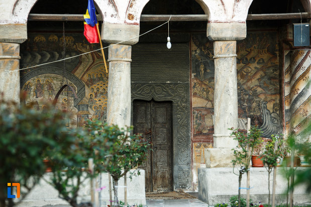 detalii-arhitecturale-biserica-veche-intrarea-in-biserica-din-horezu-judetul-valcea.jpg