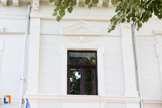 detalii-arhitecturale-de-la-liceul-stirbei-voda-in-prezent-scoala-gimnaziala-carol-i-din-calarasi-judetul-calarasi.jpg