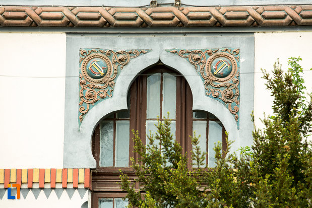 detalii-arhitecturale-de-la-universitratea-brancusi-din-targu-jiu-judetul-gorj.jpg